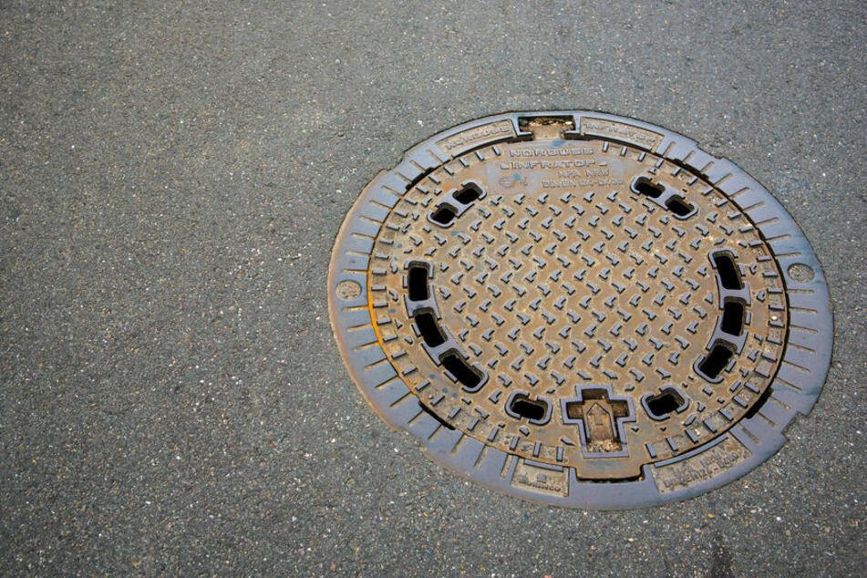 Zwei Gullydeckel wurden am Sonntag in der Erfurter Hans-Grundig-Straße von ihrem rechtmäßigen Platz entfernt. (Symbolbild)
