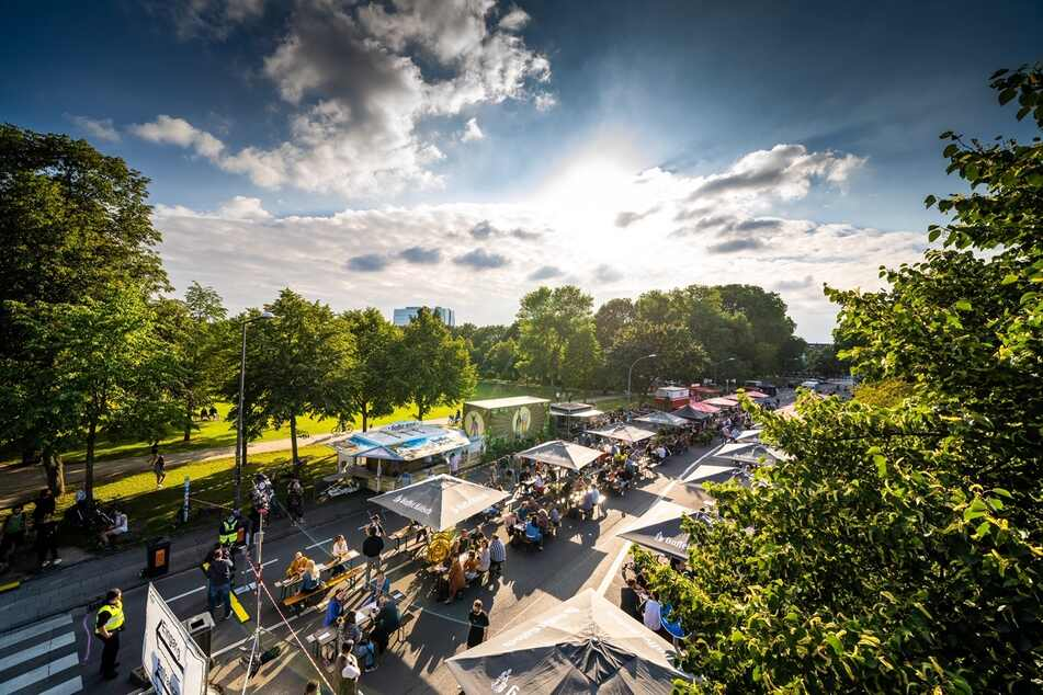 Der Pop-up-Biergarten in Köln bietet auf einem rund 270 Meter langen, gesperrten Straßenabschnitt 450 Besuchern Platz.