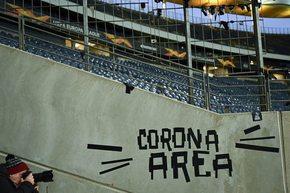 """Auf einer Mauer des Frankfurter Ultra-Fanblocks prangte die Aufschrift """"Corona Area""""."""