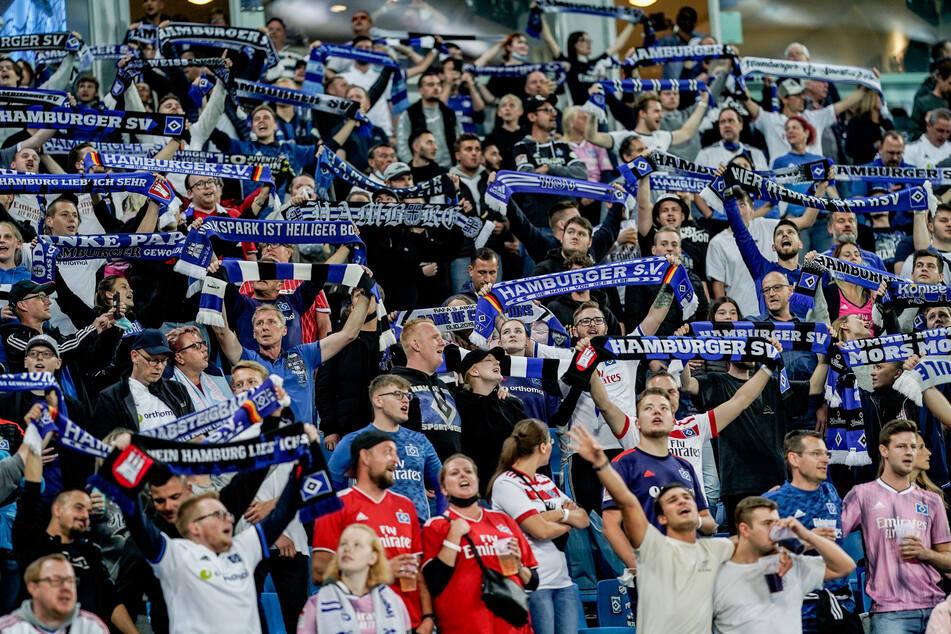 HSV-Fans stehen im Hamburger Volksparkstadion.
