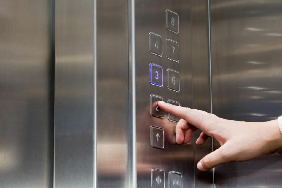 Im Aufzug aufgelauert und mit Messer zugestochen: Opfer stellt sich auf die Seite des Täters