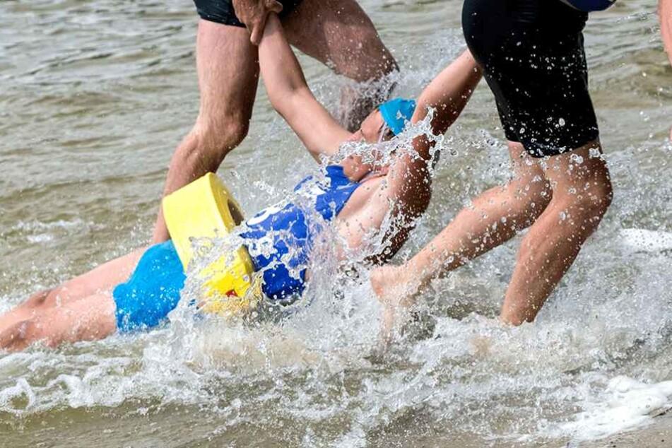Ungewöhnliche Rettung Menschen-Kette hilft Familie aus den Fluten