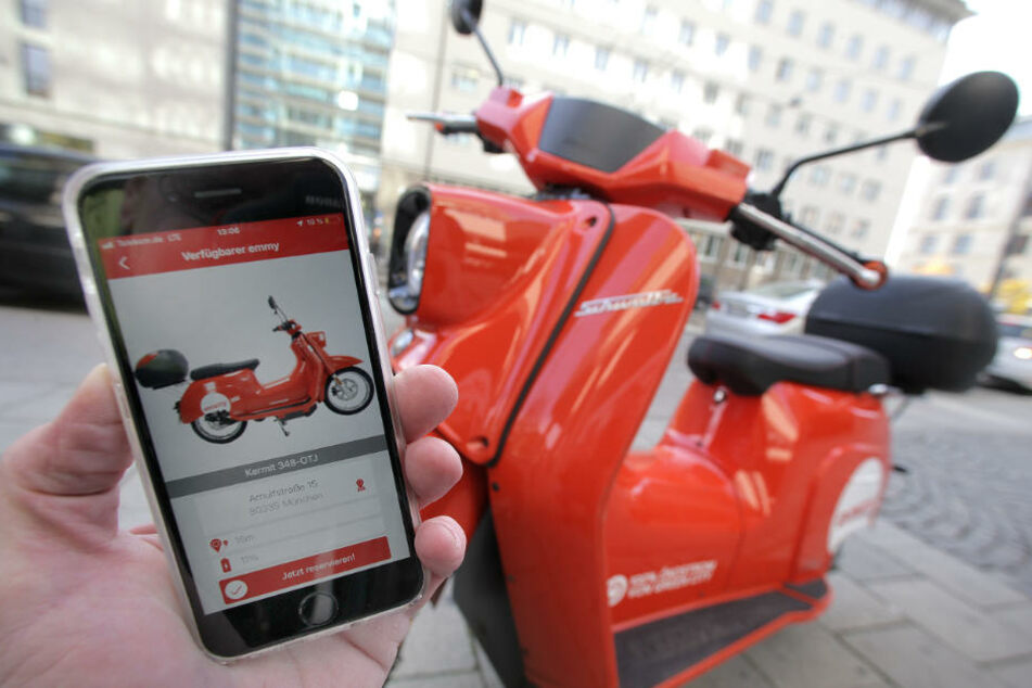 Die Elektro-Roller können per App gemietet werden.