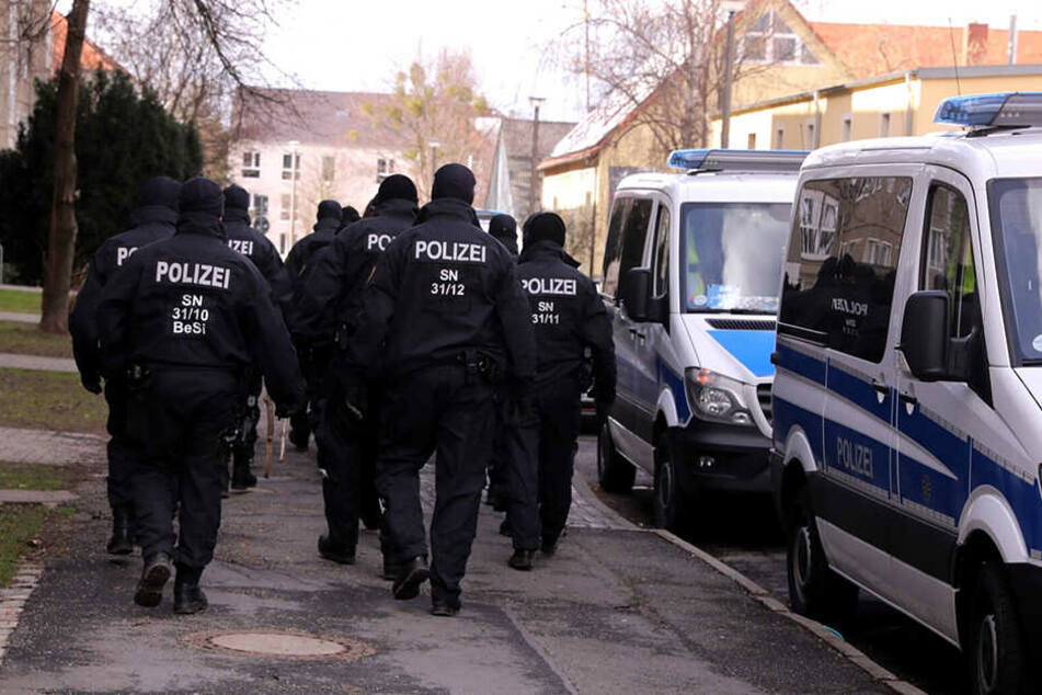 Beamte am Tatort in Prohlis.