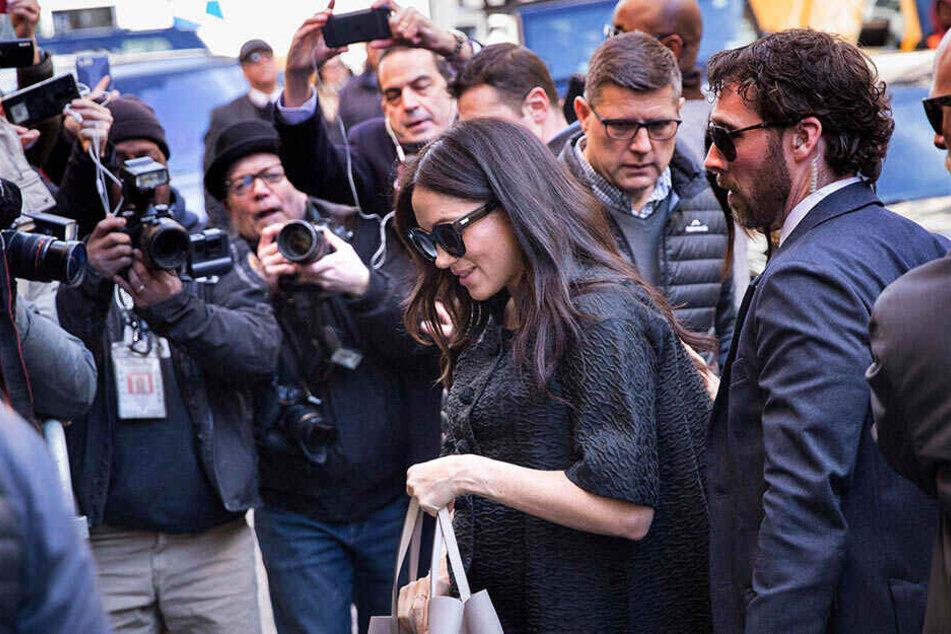 Meghan auf dem weg zu ihrer Babyparty in New York - umringt von Fotografen.