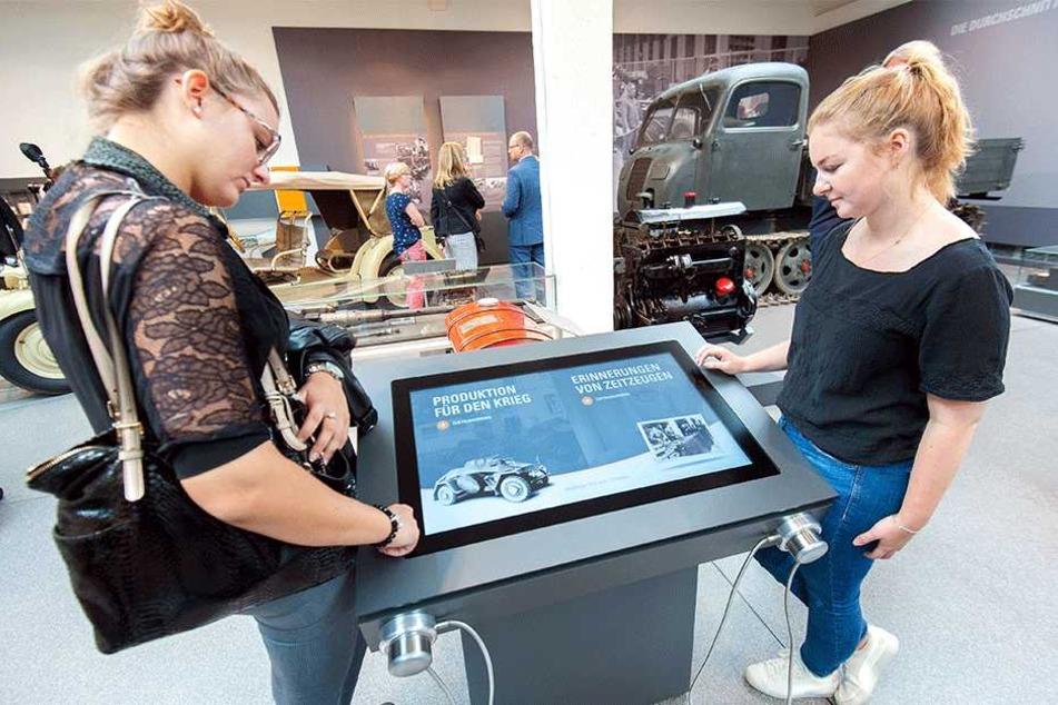 """Die Medienstation im Bereich """"Kriegsproduktion"""" der Dauerausstellung im Horch-Museum. Hier kann sich jetzt jeder Besucher die Lebensgeschichte von Helga Pollak-Kinsky (88) ansehen und -hören."""