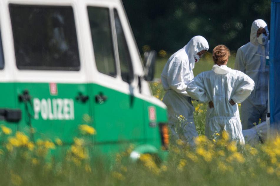 Das Foto zeigt Mitarbeiter der Spurensicherung am 9. Mai 2018 am Fundort der Leiche im Niddapark.