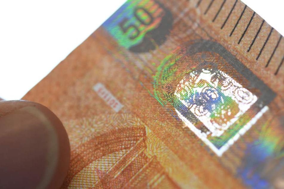 Ein gefälschtes Sichtfenster, Sicherheitsmerkmal der neuen 50-Euro-Serie, ist auf einem gefälschten 50-Euro-Schein zu sehen.