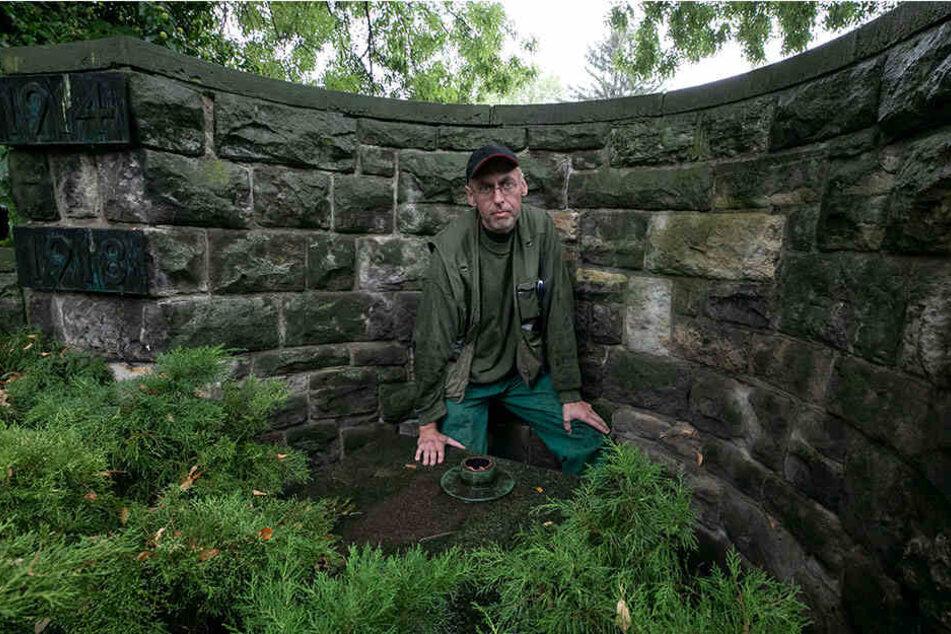 Das Kreuz wurde angesägt und abgeknickt. Der technische Leiter des Friedhofs, Torsten Günther (43), zeigt die Stelle, wo es stand.