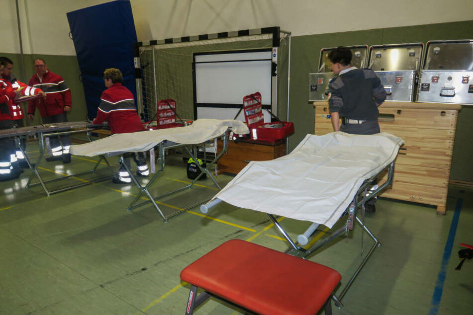Für die evakuierten Anwohner wurden in einer Sporthalle Feldbetten aufgestellt.