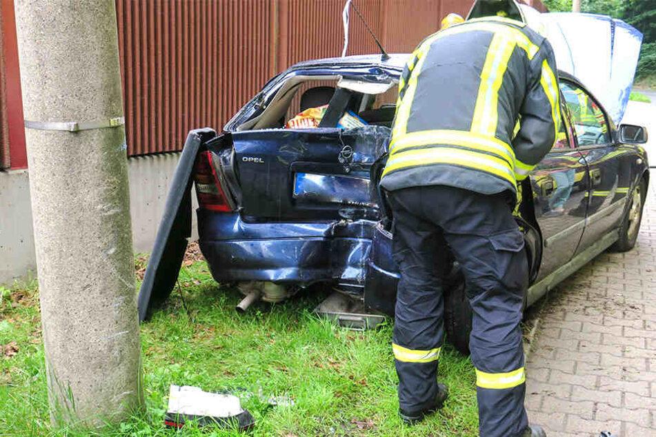 Der Opel wurde durch den Crash stark beschädigt.