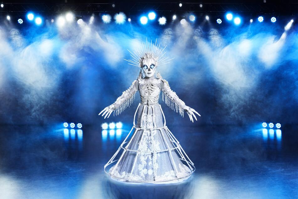 """Die Figur """"Das Skelett"""" steht in der Prosieben-Show """"The Masked Singer"""" auf der Bühne."""