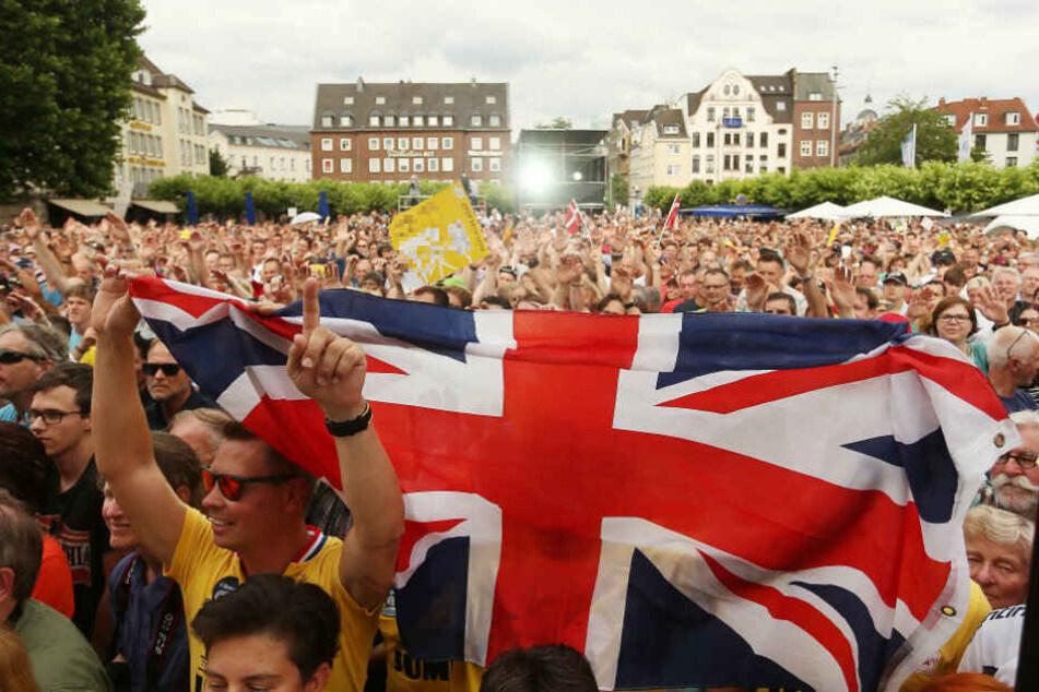 Englische Fans auf dem Burgplatz. (Hier friedlich feiernd bei einer früheren Veranstaltung)