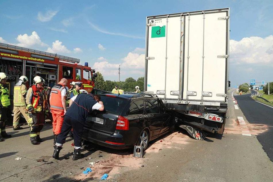 Der Skoda-Fahrer wurde eingeklemmt.
