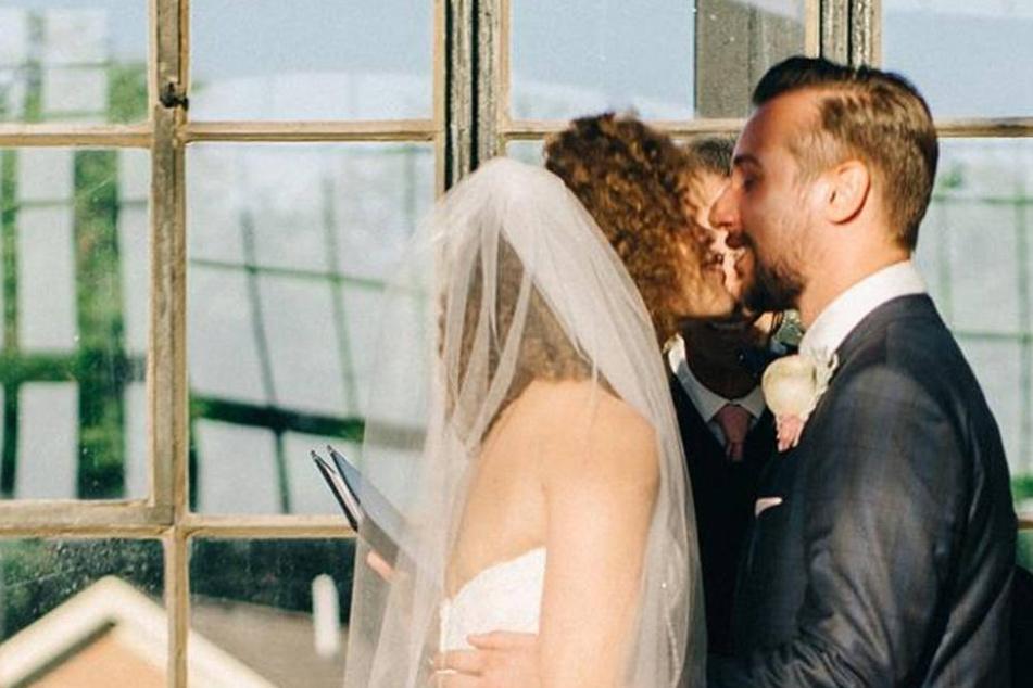 Als sich das Brautpaar küssen will, starren alle ganz wo anders hin