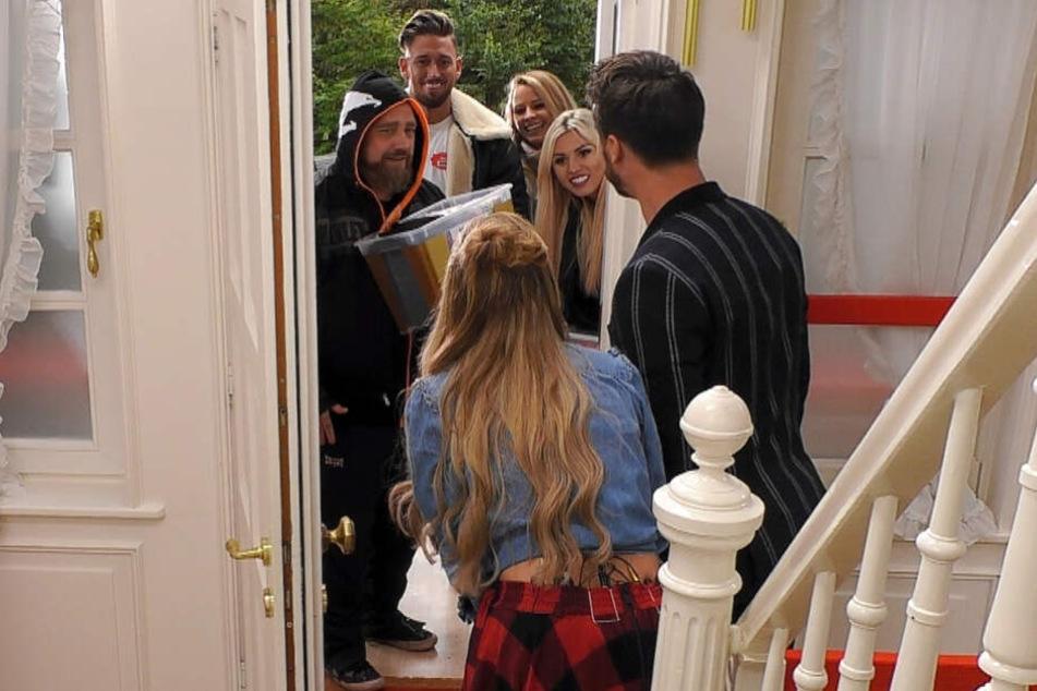 """Dingdong, die Promis sind da. Martin Kesici, Mike Heiter, Saskia Atzerodt und Natalia Osada nahmen an der neuen """"Get the F*ck out of my House""""-Staffel teil."""