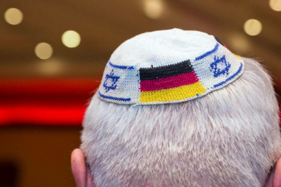 Der Rabbiner und seine beiden Söhne trugen alle eine Kippa.