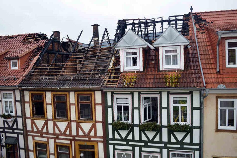 Die historischen Fachwerkhäuser wurden bei dem Brand so stark beschädigt, dass eines sogar einsturzgefährdet ist.