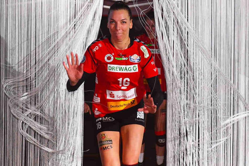 Die neue Einlaufshow: DSC-Kapitän Katharina Schwabe kommt durch den Vorhang des Tunnels und läuft aufs Feld.