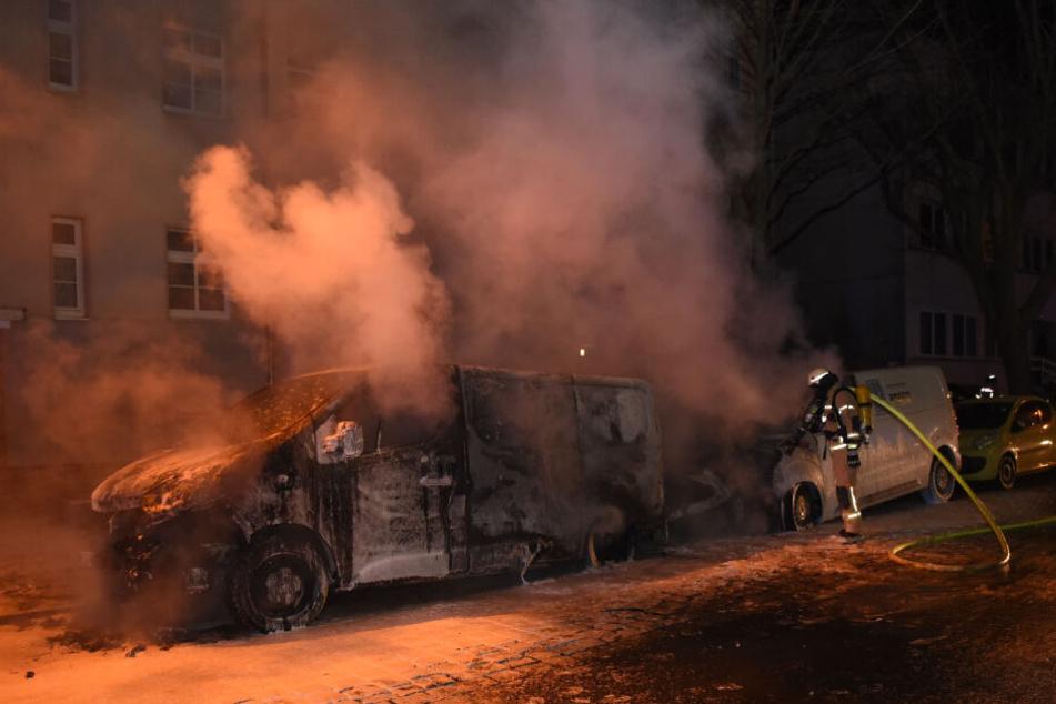 Ein Lieferwagen in der Wallensteinstraße brannte völlig aus.
