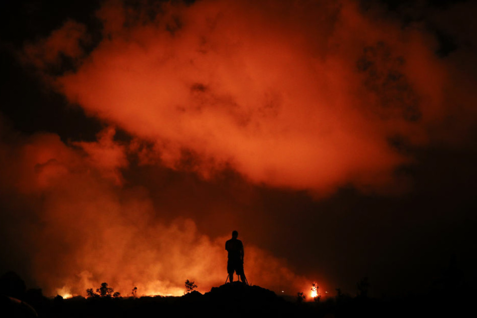 Es ist faszinierende und zugleich erschreckende Bilder: Ein Fotograf hält die ausbrechende Lava in der Wohngegend Leilani Estates fest.