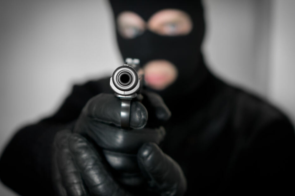 Die drei Täter waren maskiert und bewaffnet (Symbolbild).