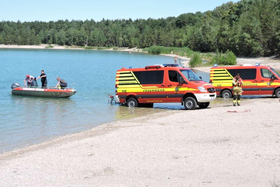 In Folge eines Badeunfalls suchen Feuerwehrkameraden nach einem vermissten Mann.