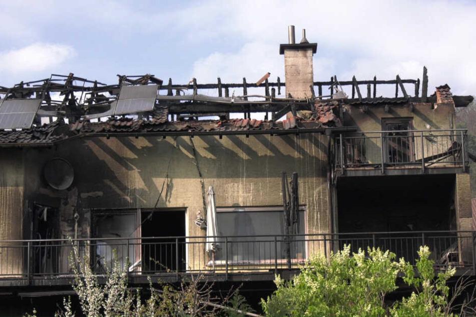 Gleich zwei Häuser wurden durch das Feuer unbewohnbar.