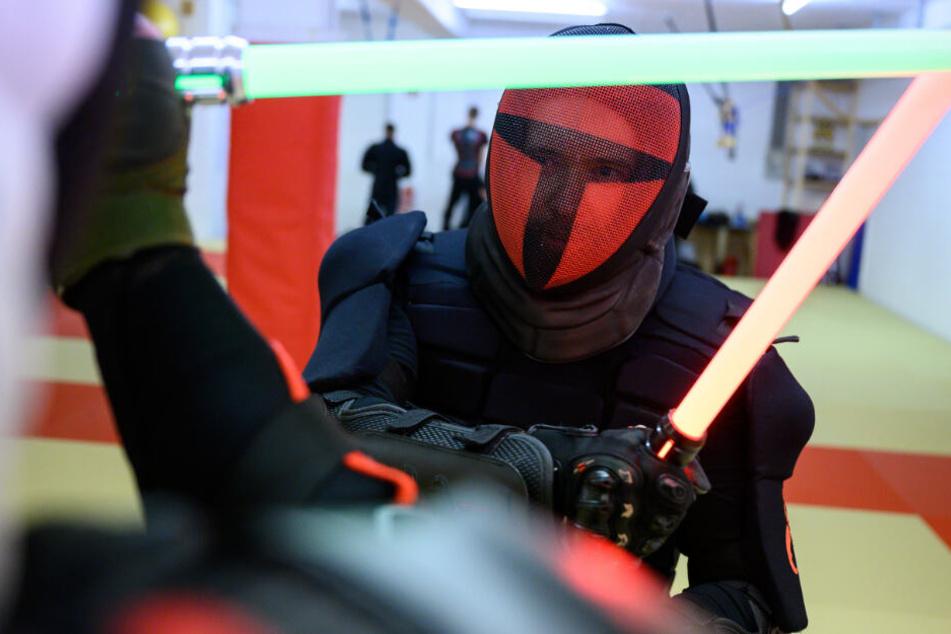 """Schutzpanzer statt Jedi-Robe: Hier kämpfen """"Star Wars""""-Fans mit Lichtschwertern!"""