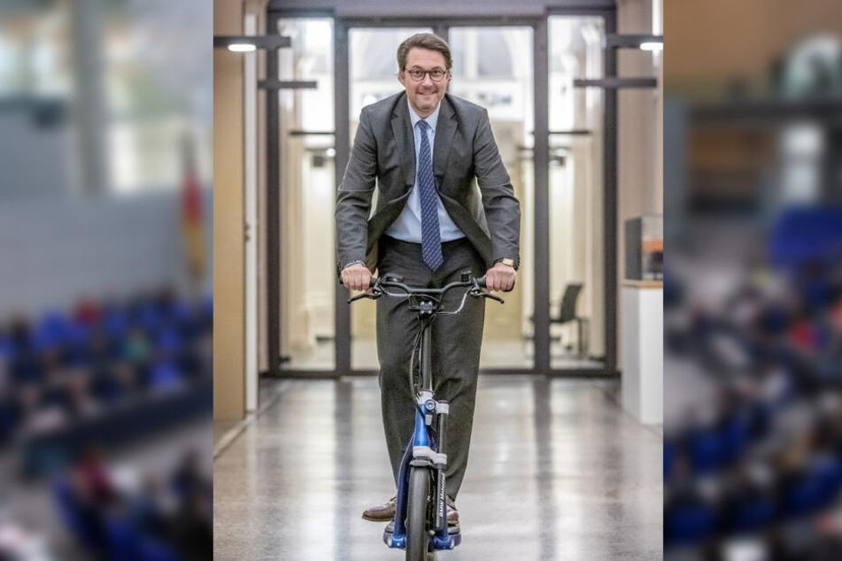 Verkehrsminister Andreas Scheuer heizt mit einem E-Roller durchs Verkehrsministerium.