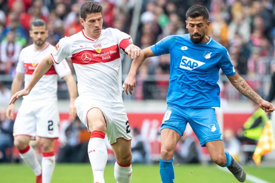 Stuttgarts Mario Gomez im Zweikampf mit Hoffenheims Kerem Demirbay.