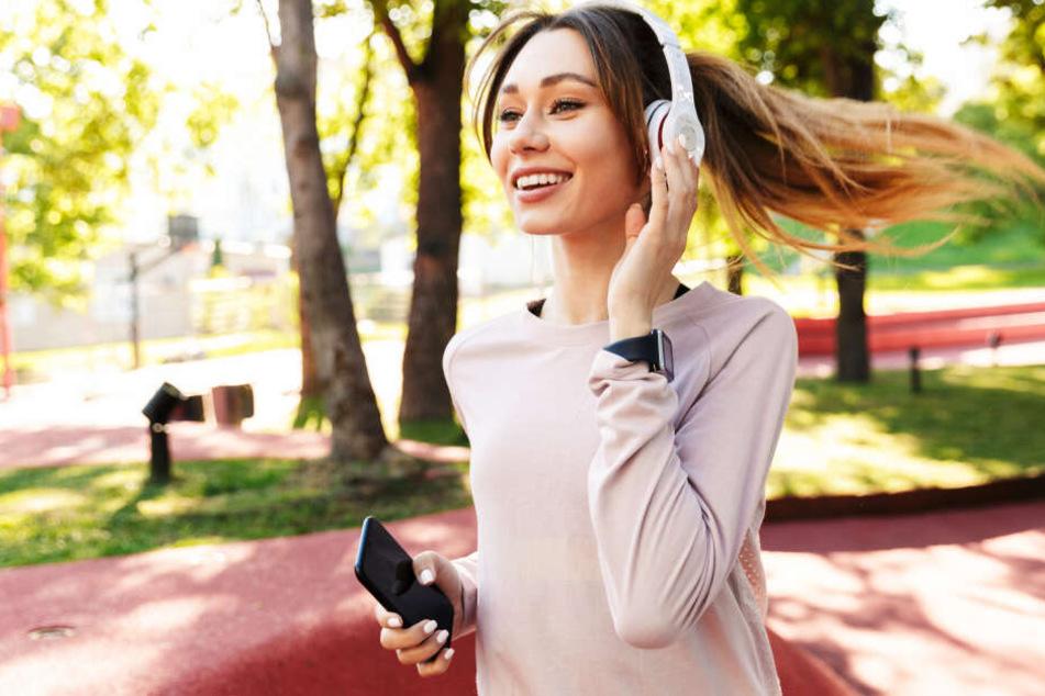 Joggen mit dem Handy in der Hand: laut der Forscher ein großes Problem (Symbolbild).