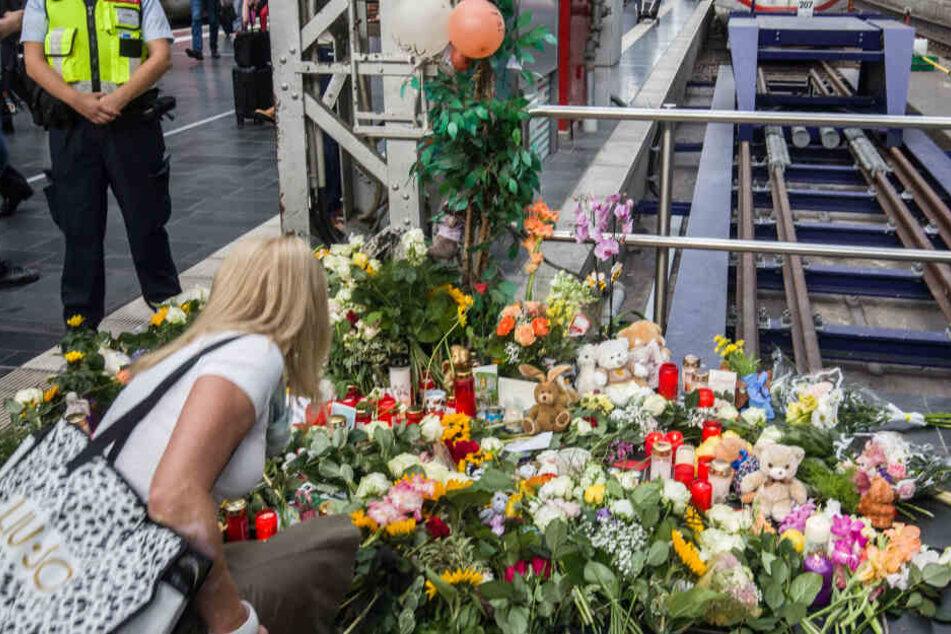 Menschen legten nach dem Tod des Achtjährigen Blumen am Frankfurter Hauptbahnhof nieder.