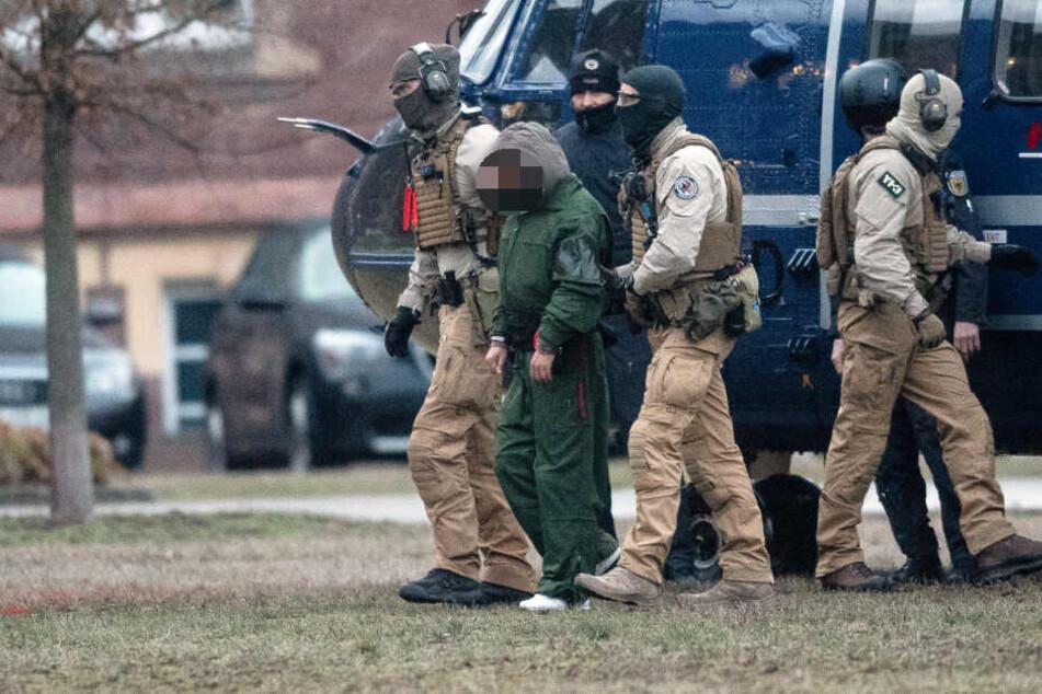 Bundespolizisten führen einen Terrorverdächtigen aus einem Helikopter. Er und die anderen beiden Verdächtigen sollen dem Ermittlungsrichter am Bundesgerichtshof vorgeführt werden.