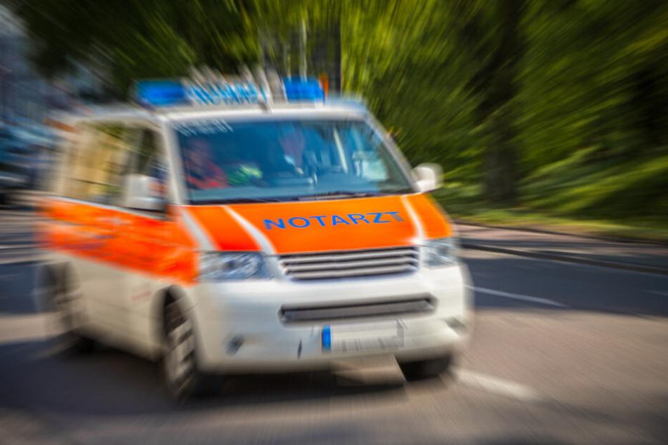 Die Rettungskräfte befreiten den Mann vollständig aus seiner Falle. (Symbolbild)