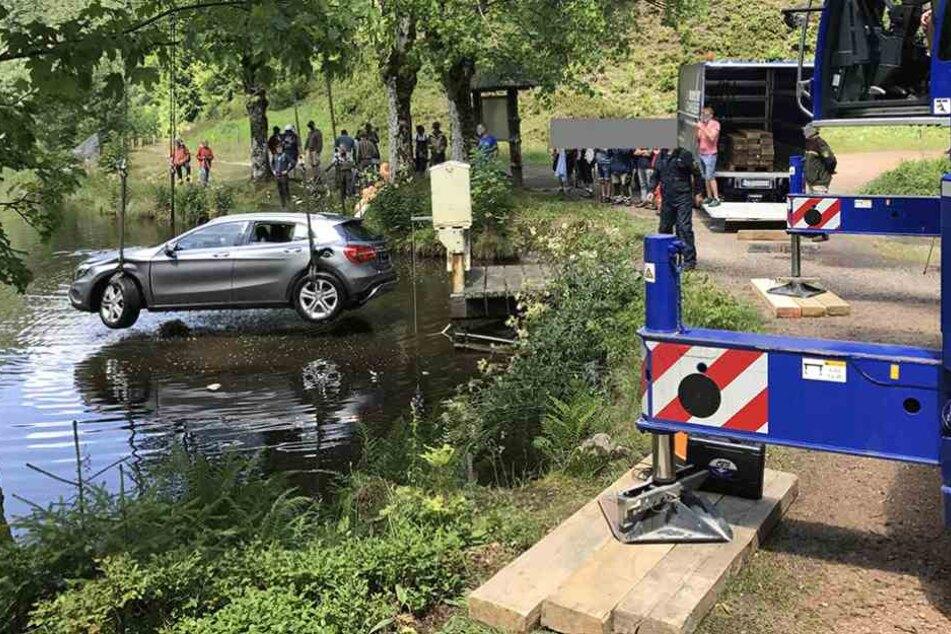 Ein Kran zog das versenkte Auto aus dem Wasser.