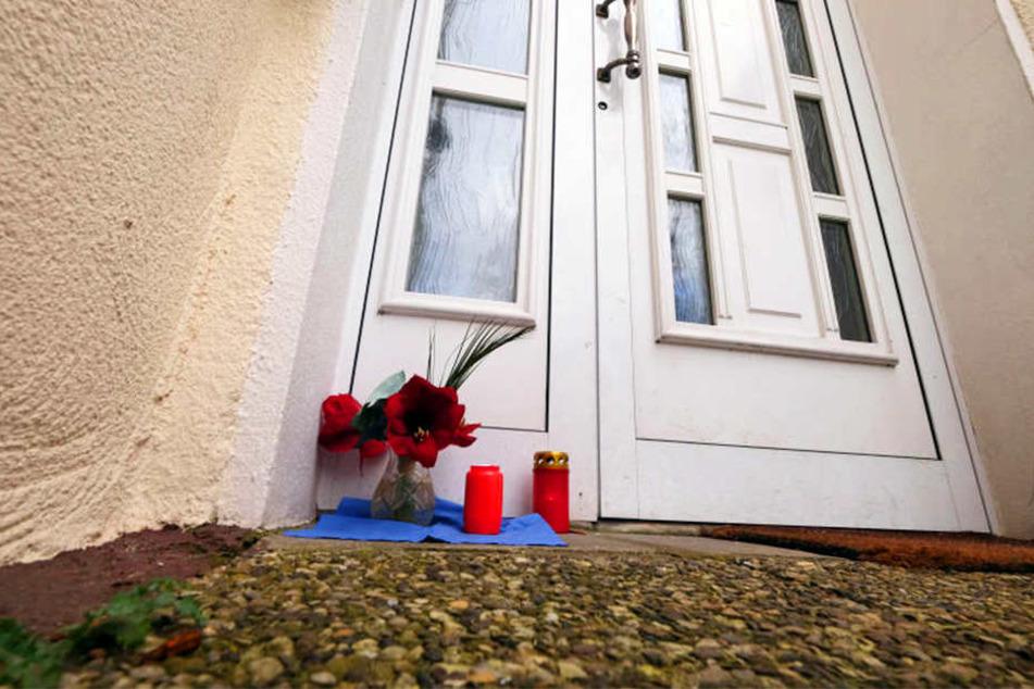 Vor der Haustür wurden Blumen und Kerzen aufgestellt.