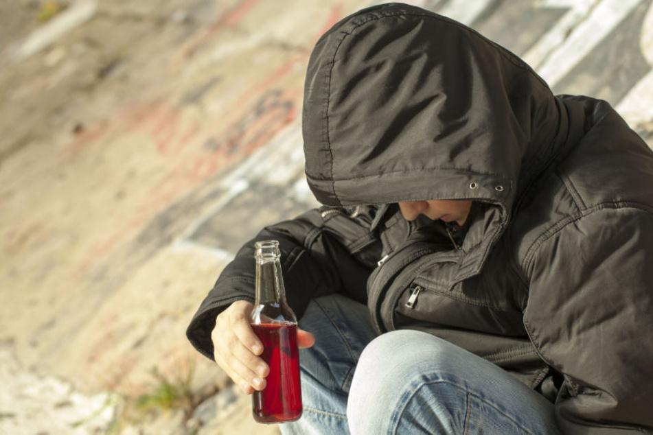 Der 14-Jährige schlief umgeben von Schnapsflaschen wohl seinen Rausch aus. (Symbolbild)
