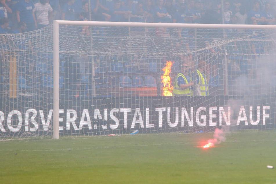 Auf einem Spielfeld brennt Pyrotechnik. (Symbolbild)