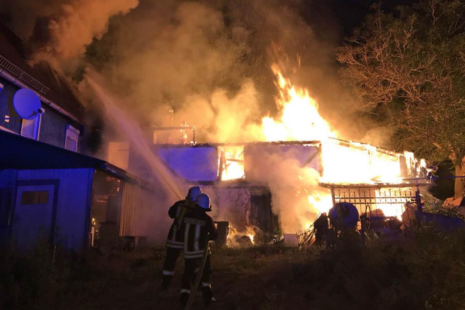 Als die Feuerwehren eintrafen, stand das Nebengebäude bereits lichterloh in Flammen.