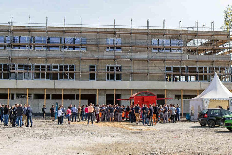 Am Freitag wurde am neuen Trainingszentrum Richtfest gefeiert.