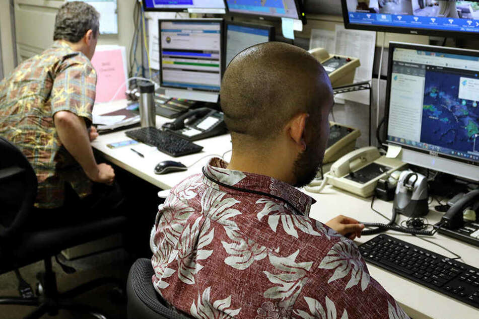"""Beamte der """"Hawaii Emergency Management Agency"""" (EMA, Notfallbehörde) in der Kommandozentrale."""