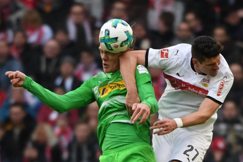 Stuttgarts Mario Gomez (r.) im Zweikampf mit Mönchengladbachs Jannik Vestergaard.