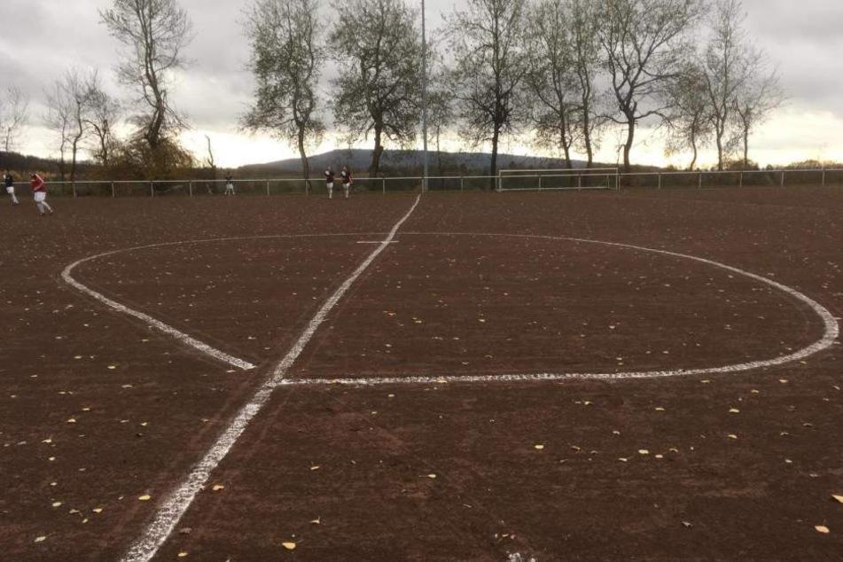 Was war denn da los? Mittelkreis-Ei auf Fußballplatz geht viral