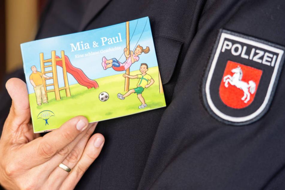"""Die Polizei in Niedersachsen führt auch Präventionsprojekte durch, um sexualisierte Gewalt gegen Kinder zu verhindern. Das Büchlein """"Mia & Paul - Eine schlaue Geschichte"""" soll dabei helfen (Archivbild)."""