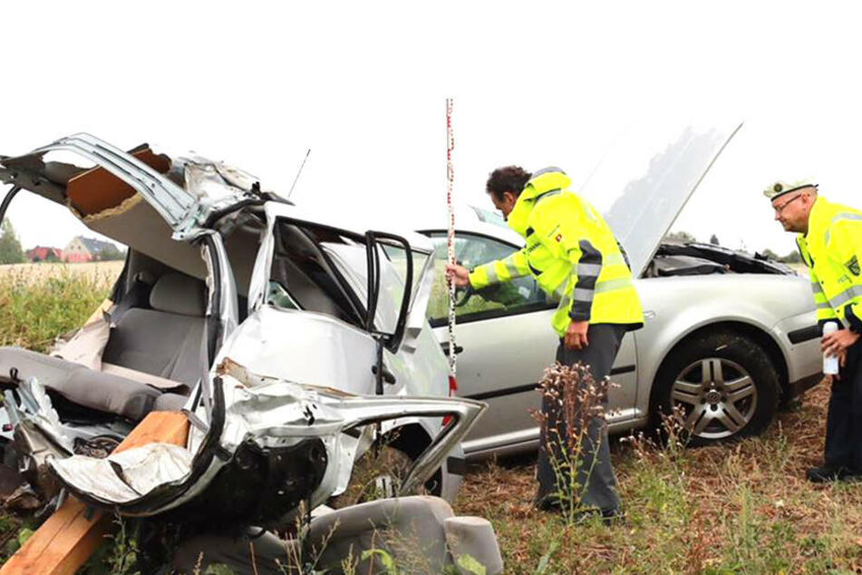 Sachverständige untersuchen das Auto, das nach einem Horror-Crash in zwei Teile gerissen wurde.
