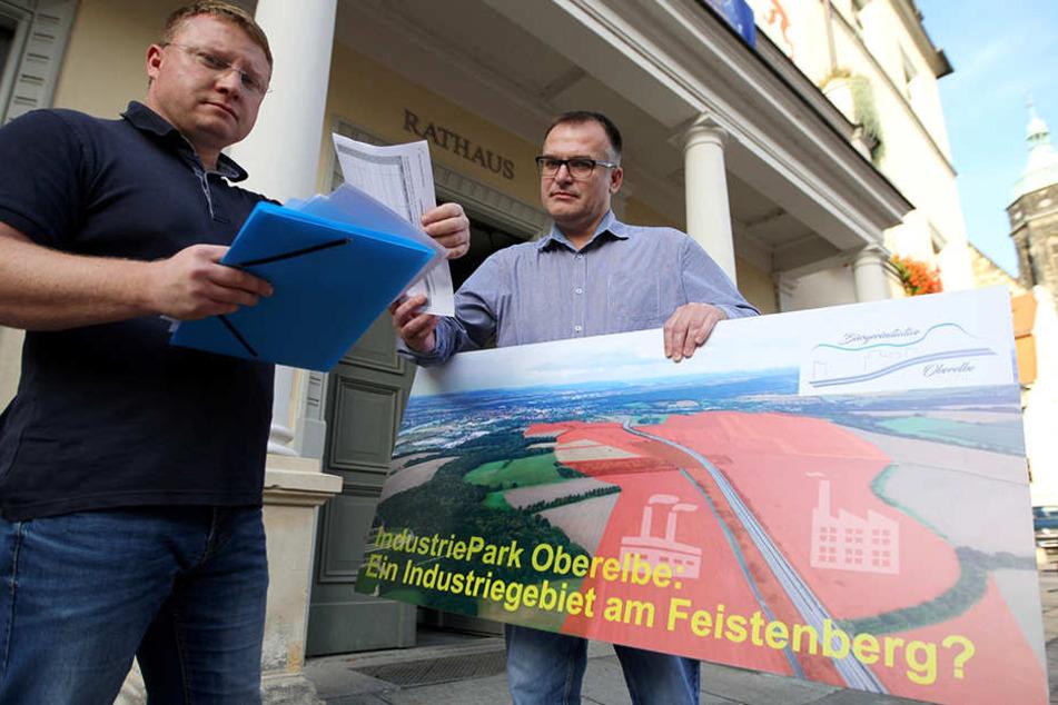 """Daniel Szenes (41, l.) und André Liebscher (48) von der """"Bürgerinitiative Oberelbe"""" wollen mittels eines Bürgerbegehrens einen Bürgerentscheid erwirken."""