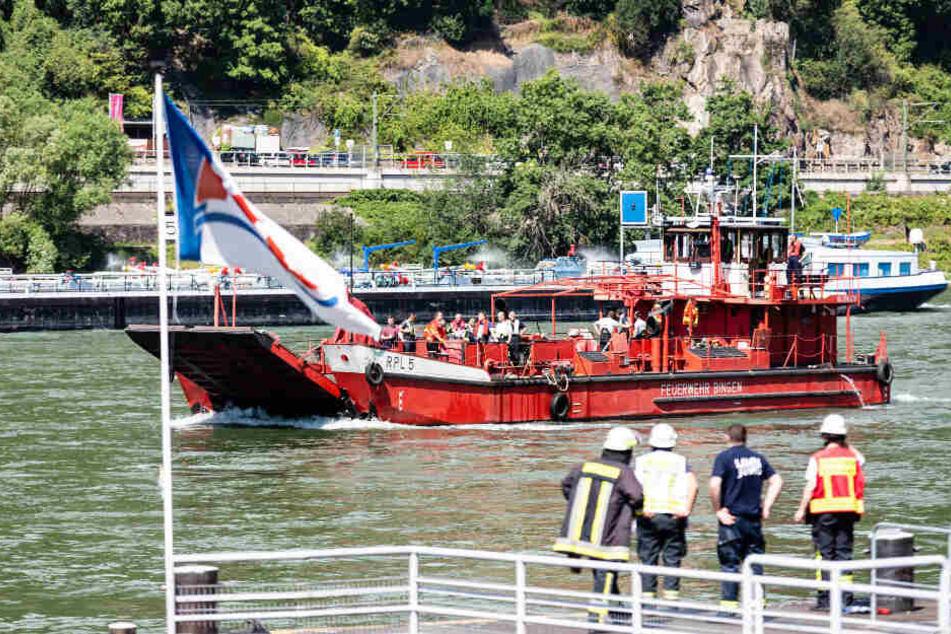 Brandgefährliche Ladung: Tankschiff mit 1000 Tonnen Phosphorsäure in Flammen