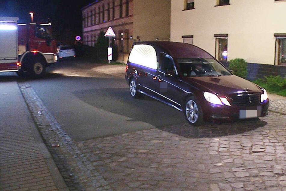 Der Leichenwagen mit dem toten Abiturienten verlässt den Unglücksort im Weißenfelser Ortsteil Leißling.