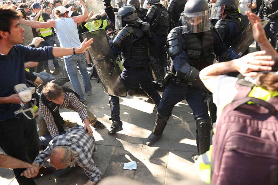 """Proteste eskalieren! Gelbwesten fordern von Polizisten: """"Bringt euch um"""""""